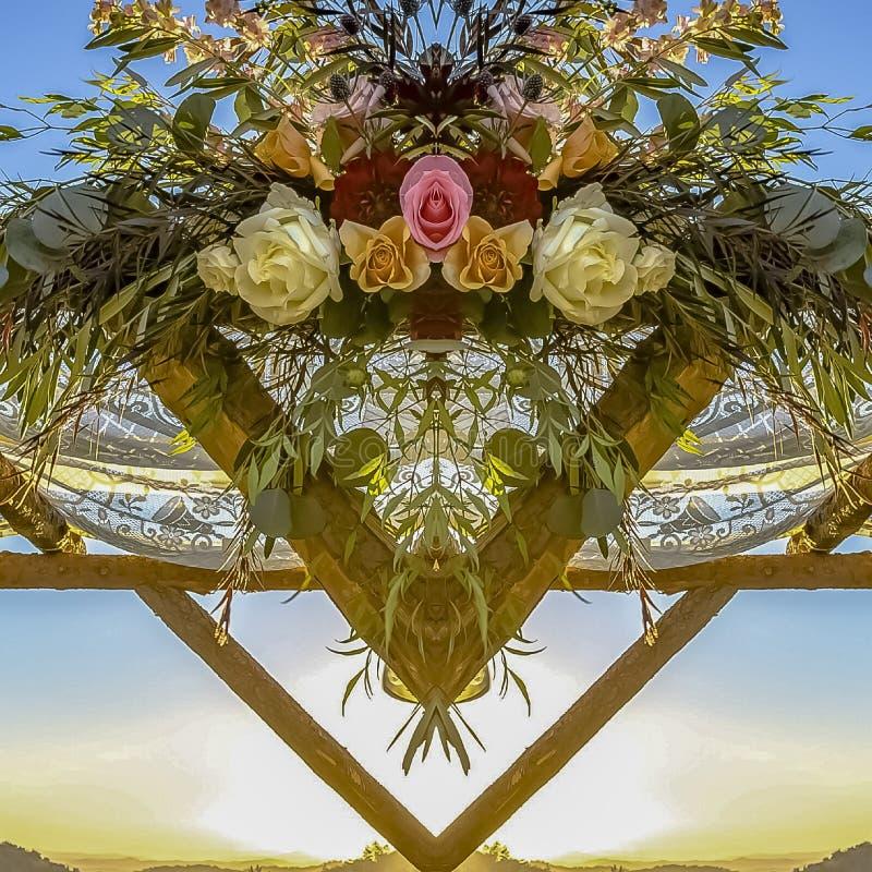 Conception florale de place sur un Chuppah avec les montagnes vertes et le coucher du soleil illustration libre de droits