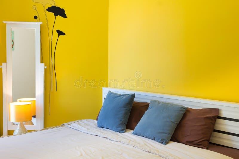 Conception intérieure : Chambre à coucher moderne, coffret de chevet photos stock