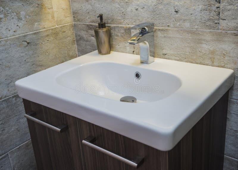 Conception intérieure d'évier de salle de bains en appartement de luxe photo libre de droits