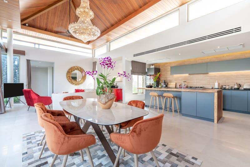 Conception intérieure dans le salon et secteur ouvert de cuisine avec la table de salle à manger image stock