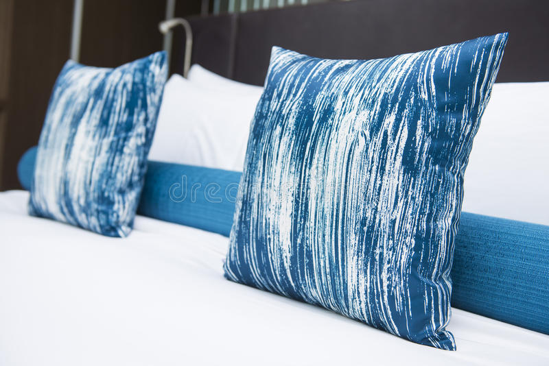 Conception intérieure de chambre à coucher avec des oreillers image libre de droits