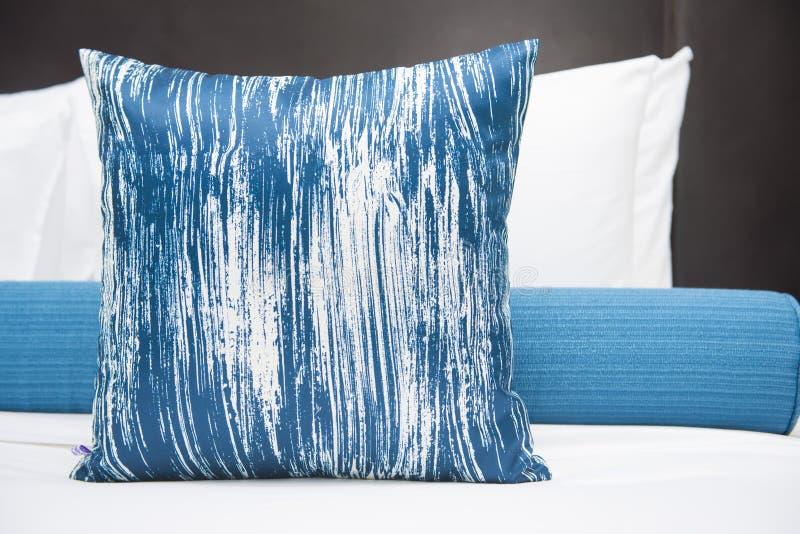 Conception intérieure de chambre à coucher avec des oreillers photographie stock