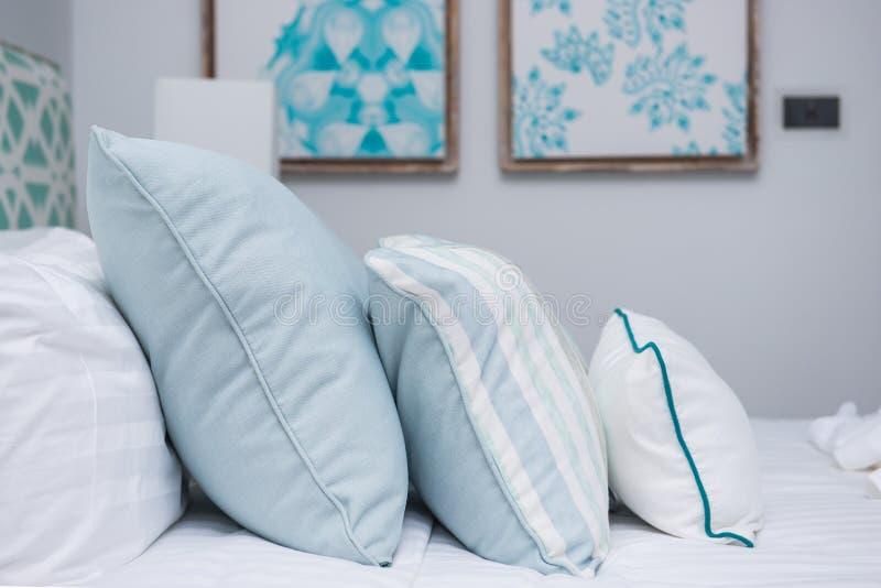 Conception intérieure de chambre à coucher avec les oreillers mous confortables photo libre de droits