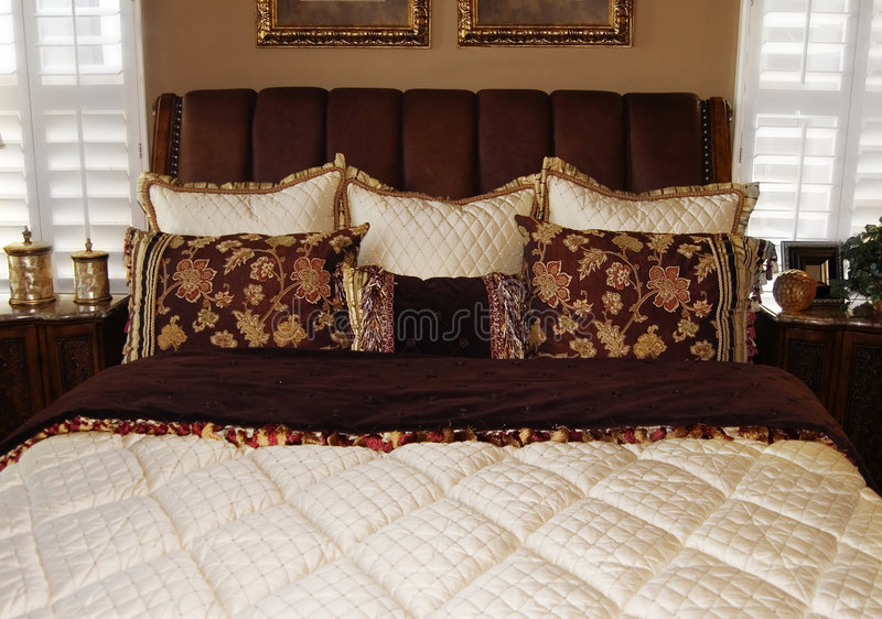 Conception intérieure de chambre à coucher moderne lumineuse image libre de droits