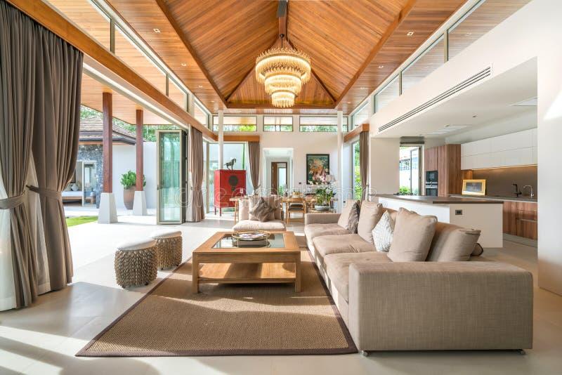Conception intérieure de luxe dans le salon des villas de piscine L'espace bien aéré et lumineux avec le plafond augmenté haut et image stock