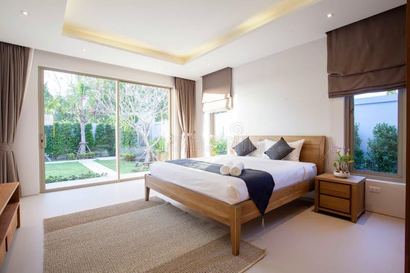 Conception intérieure de luxe dans le salon des villas de piscine L'espace bien aéré et lumineux avec le plafond augmenté haut et images stock