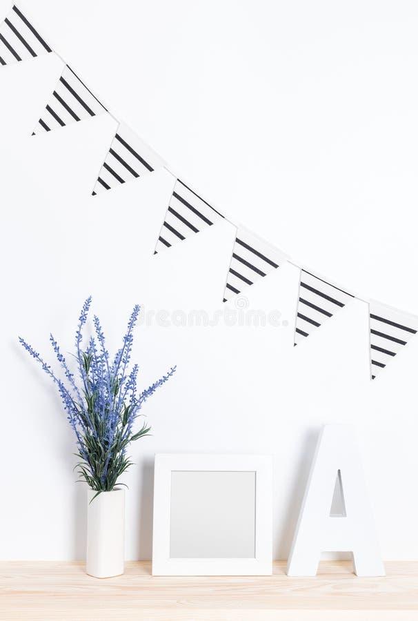 Conception intérieure de partie élégante dans les tons blancs et bleus photographie stock libre de droits