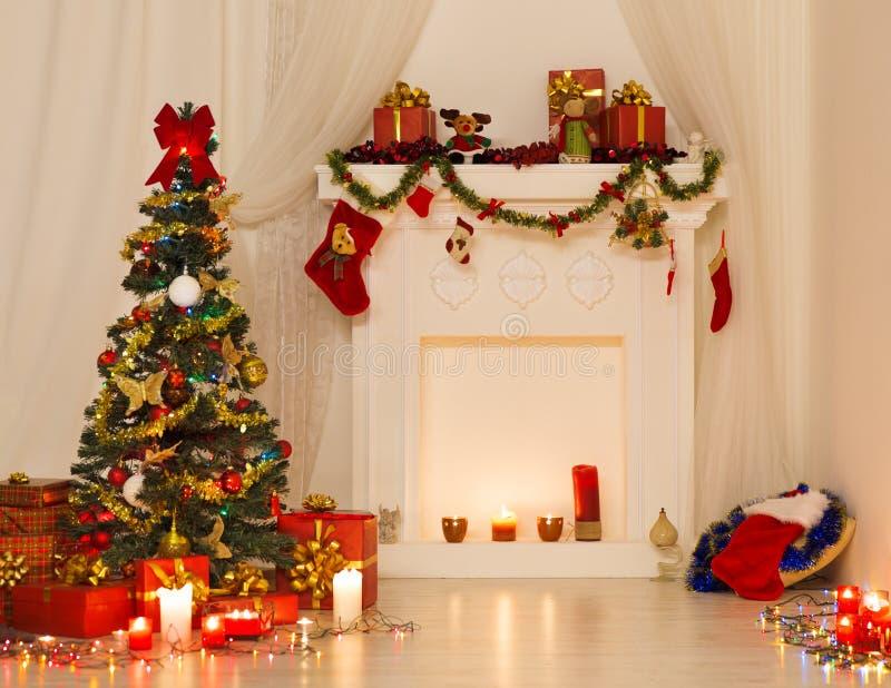 Conception intérieure de pièce de Noël, arbre de Noël décoré par des lumières photographie stock libre de droits