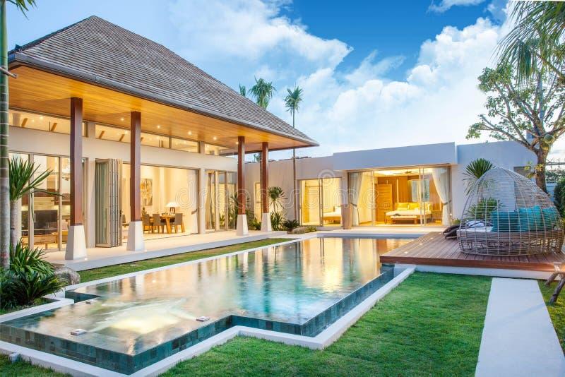 Conception intérieure et extérieure de villa de piscine avec la piscine de la maison ou de la construction individuelle photos libres de droits
