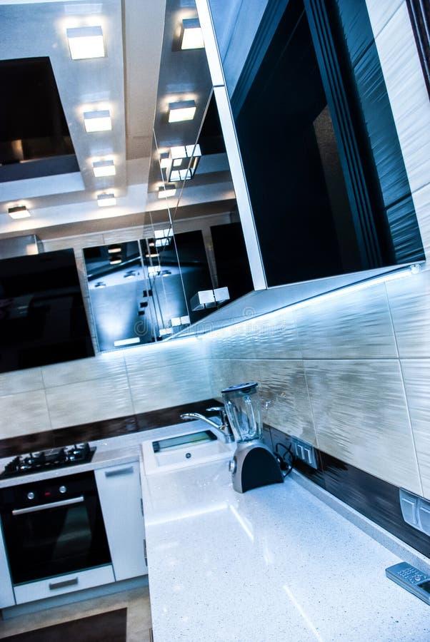 Conception intérieure propre de cuisine blanche moderne photos libres de droits