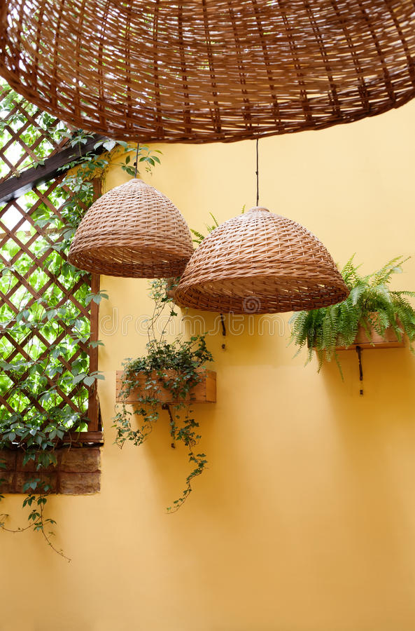 conception m diterran enne de terrasse lampes en osier saule l ger de vannerie et plantes. Black Bedroom Furniture Sets. Home Design Ideas