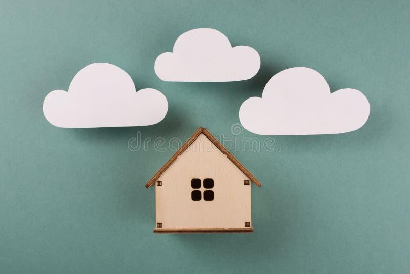 Conception minimale avec la maison en bois miniature de jouet image stock