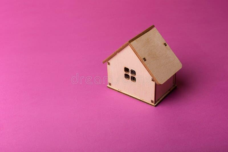 Conception minimale avec la maison en bois miniature de jouet image libre de droits
