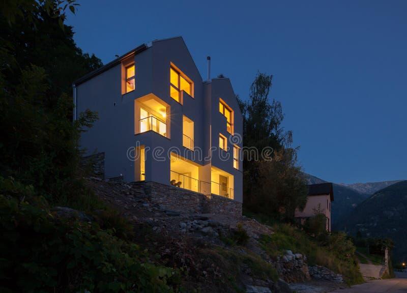 Conception moderne d'architecture, scène de nuit de villa image stock