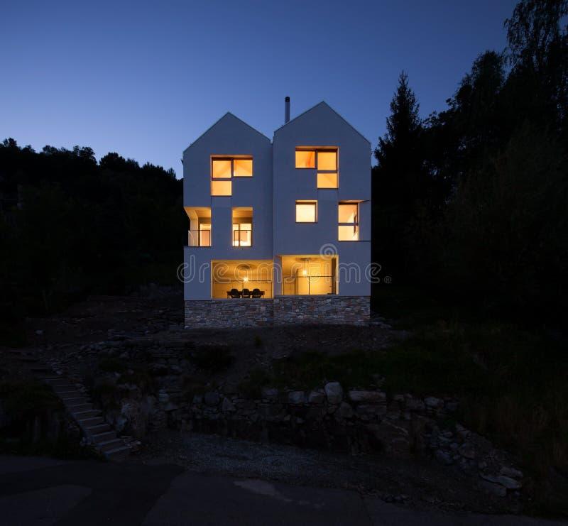 Conception moderne d'architecture, scène de nuit de villa photos stock