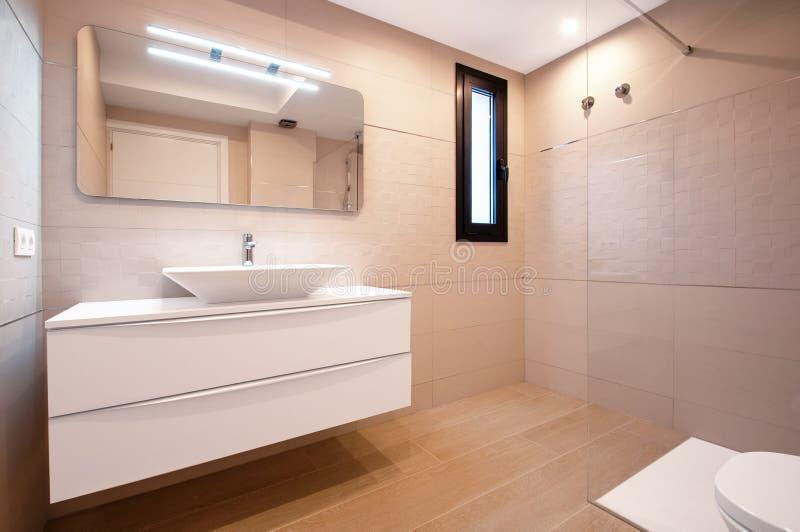 Conception moderne dans la salle de bains Évier blanc de luxe de porcelaine sur a photos stock