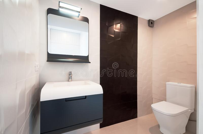 Conception moderne dans la salle de bains Évier blanc de luxe de porcelaine sur a photographie stock