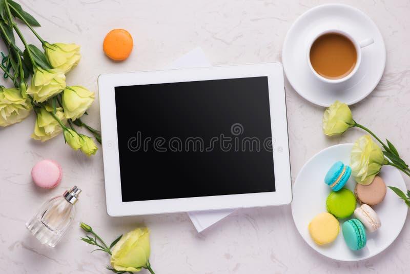 Conception moderne de ressort avec les macarons colorés sur le backgroun de marbre photos stock