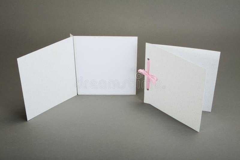 Conception romantique réglée au-dessus du fond gris Pour être employé pour l'invitat photo libre de droits