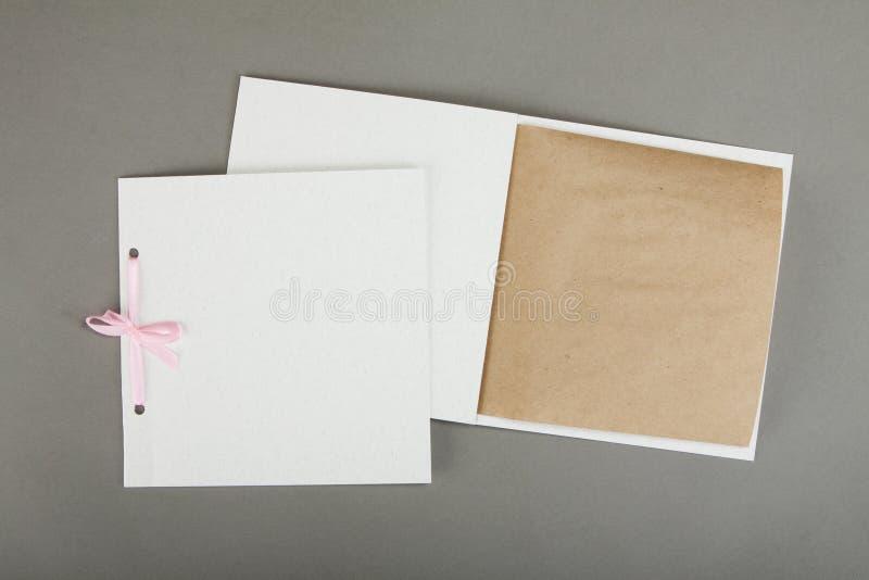 Conception romantique réglée au-dessus du fond gris Pour être employé pour l'invitat photographie stock