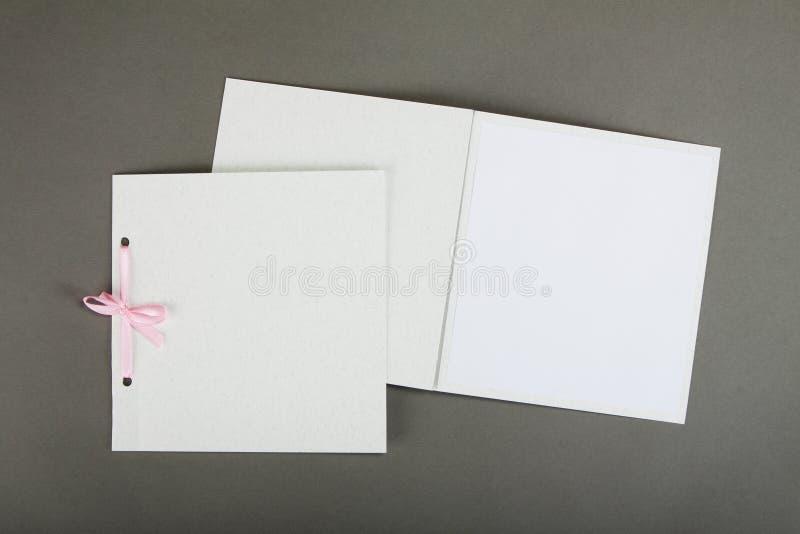 Conception romantique réglée au-dessus du fond gris Pour être employé pour l'invitat images stock