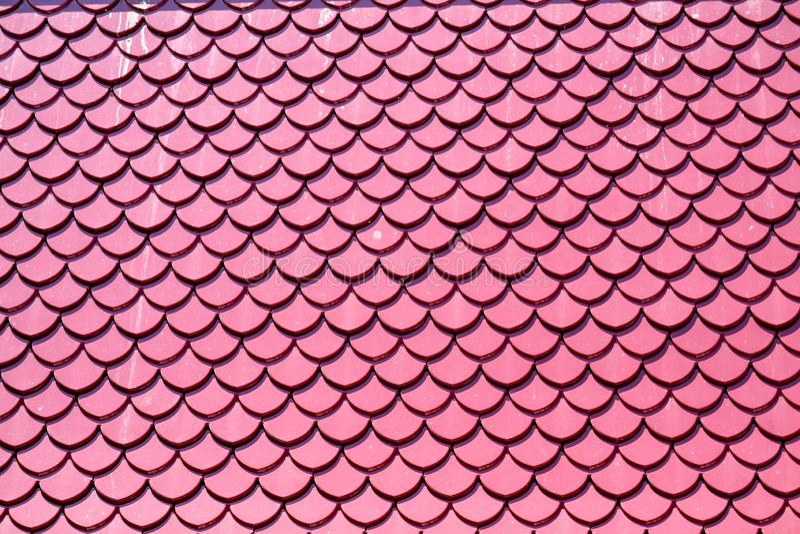 Conception rose de couleur de tuiles de toit les mêmes échelles de poissons images stock
