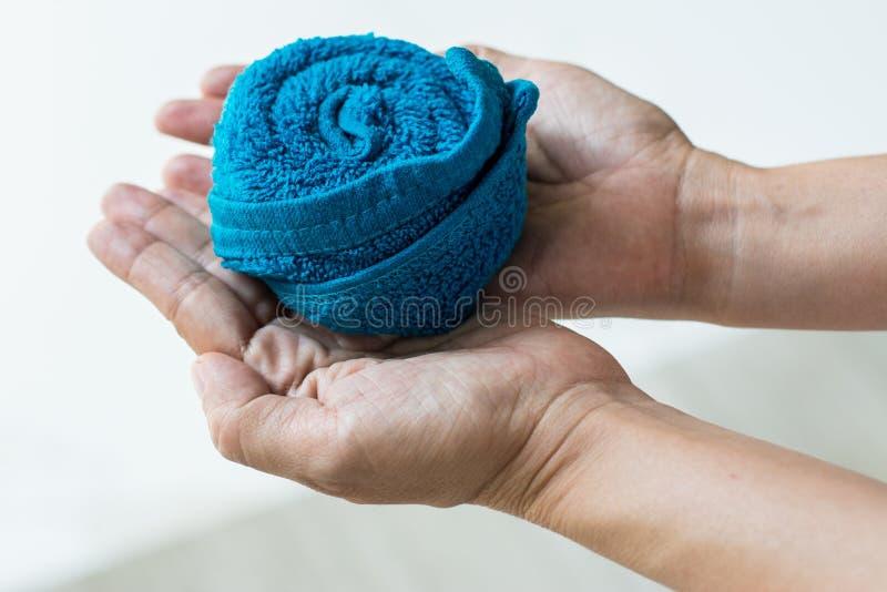 Conception roulée de serviette de visage en main images stock