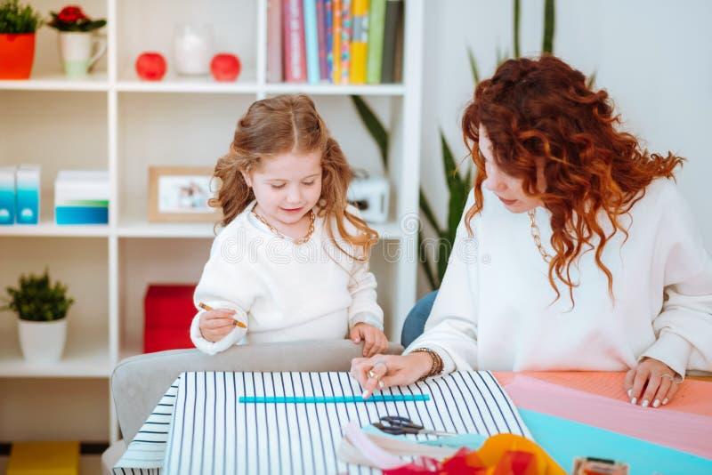 Conceptions de esquisse de aide de maman de fille pour la nouvelle collection photo libre de droits