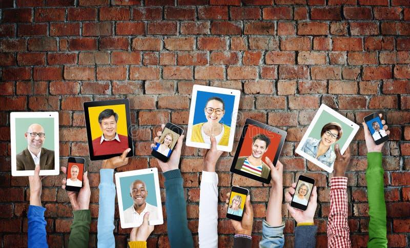 Concepto étnico diverso electrónico de la unidad de la variación del dispositivo de Digitaces foto de archivo
