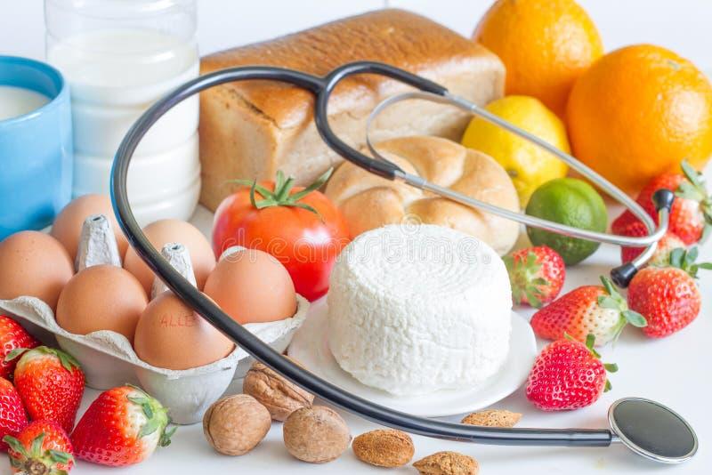 Concepto abstracto de la comida y del estetoscopio de la alergia imagen de archivo