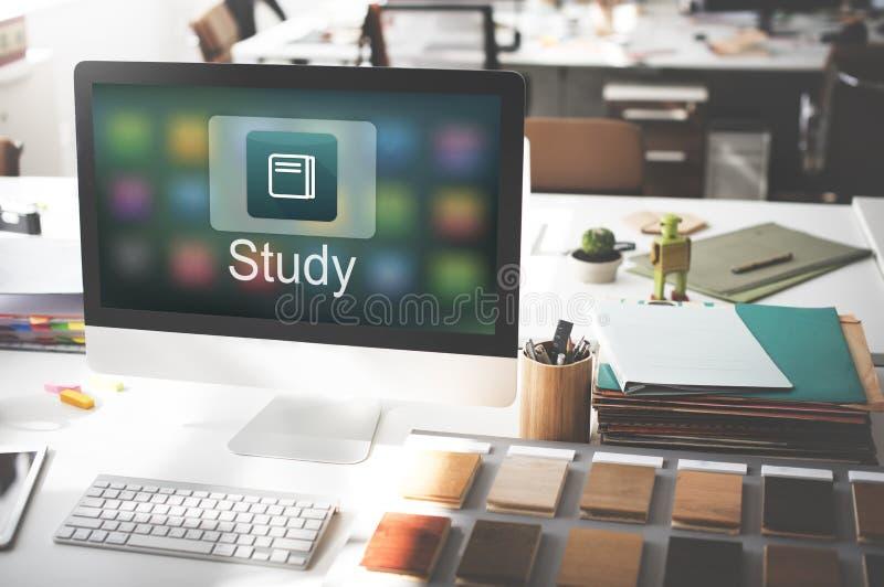Concepto académico del uso en línea de la educación del aprendizaje electrónico fotos de archivo libres de regalías
