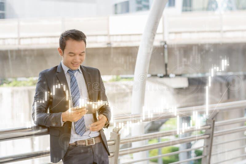 Concepto acertado del comerciante: la inversión feliz del hombre de negocios, crece m fotografía de archivo libre de regalías
