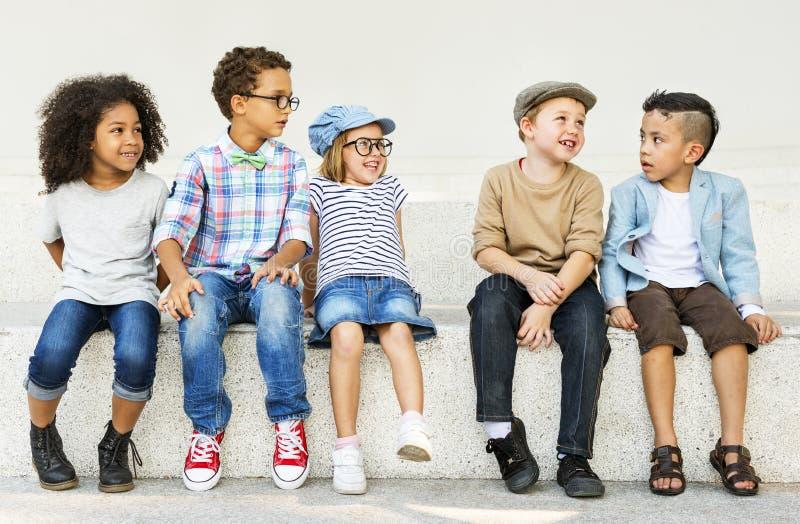 Concepto adorable de la juventud del descendiente casual de los niños de los niños imagenes de archivo