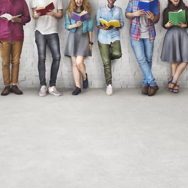Concepto adulto del conocimiento de la educación de la lectura de la juventud de los estudiantes fotografía de archivo libre de regalías