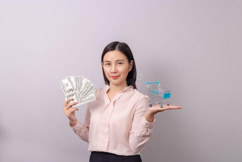 Concepto al por menor del negocio comercial, dinero hermoso asi?tico del billete de banco de la tenencia de la mujer a disposici? imagenes de archivo