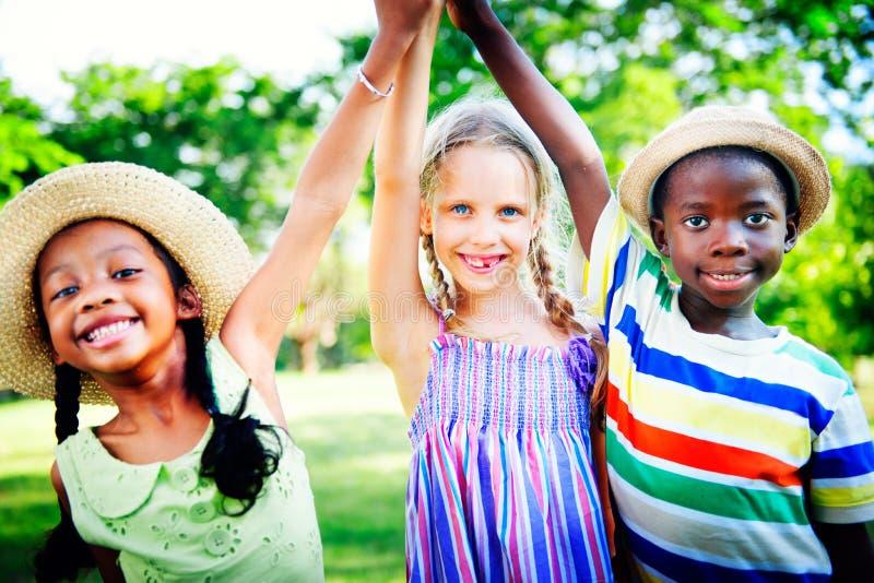 Concepto alegre de la amistad de la niñez de los niños de la diversidad fotografía de archivo libre de regalías