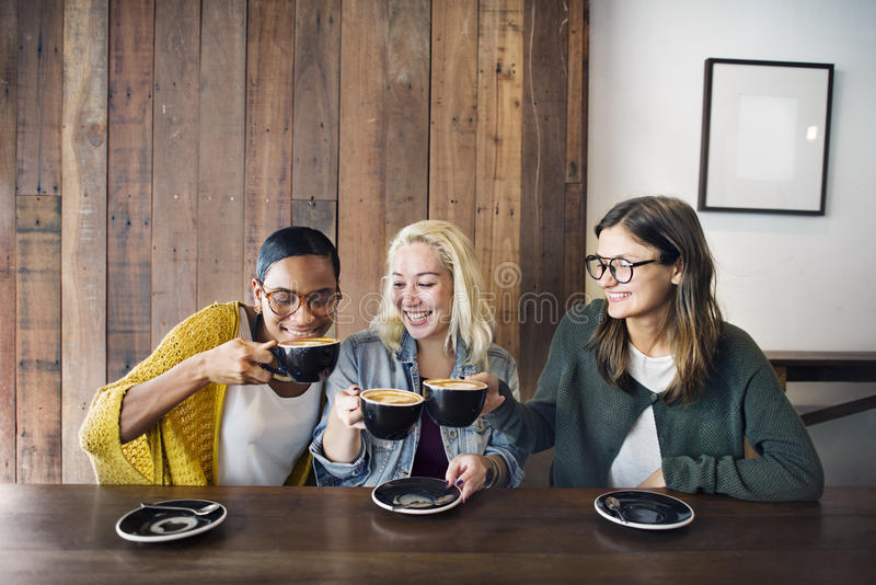 Concepto alegre de la feminidad del café del café de la rotura de la bebida imagen de archivo