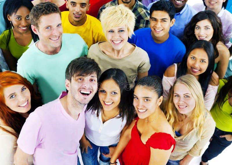 Concepto alegre de los estudiantes de la cultura joven de la gente junto foto de archivo