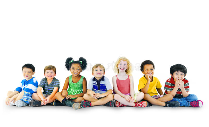 Concepto alegre del grupo multiétnico de la felicidad de los niños de los niños imagenes de archivo