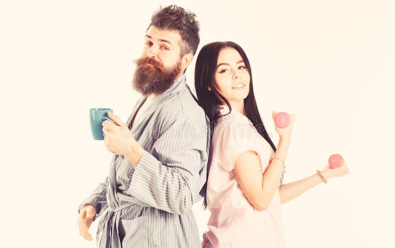 Concepto alternativo de la forma de vida Pares, familia en las caras so?olientas, llenas de energ?a Pares en amor en el pijama, s foto de archivo libre de regalías