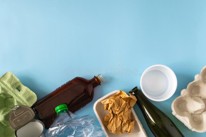 Concepto ambiental de la protecci?n - desperdicios preparados para reciclar, cartulina, pl?stico, metal, vidrio imágenes de archivo libres de regalías