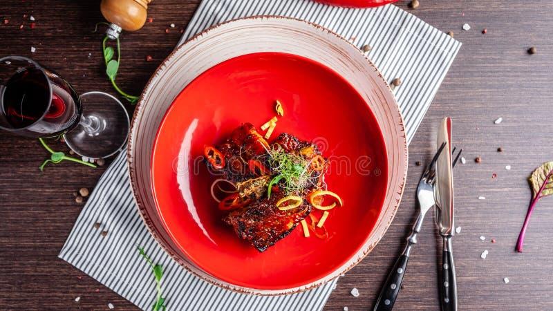 Concepto americano de la cocina Costillas de cerdo del Bbq cocidas en mostaza de la miel Platos de porción en un restaurante en m foto de archivo libre de regalías