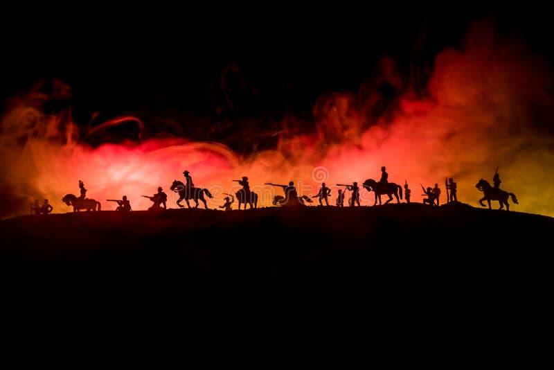 Concepto americano de la guerra civil Siluetas militares que luchan escena en fondo del cielo de la niebla de la guerra Escena de imágenes de archivo libres de regalías