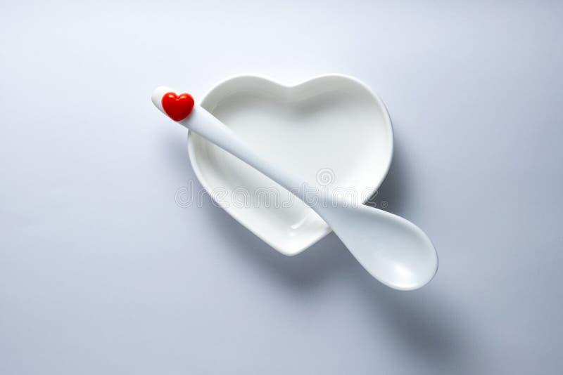 Concepto: amor con la primera cuchara para el día o casarse de la tarjeta del día de San Valentín el menú romántico Placa de cerá foto de archivo libre de regalías