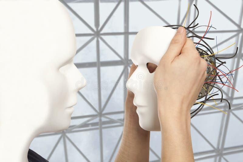 Concepto artificial del hombre - los controles androides del robot reproducen la cara blanca m foto de archivo libre de regalías
