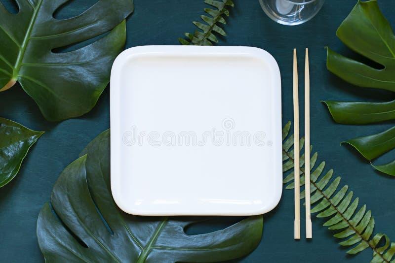 Concepto asiático de la comida de los ajustes de la tabla del verano Marco vacío de la placa en el fondo oscuro de madera con los foto de archivo libre de regalías