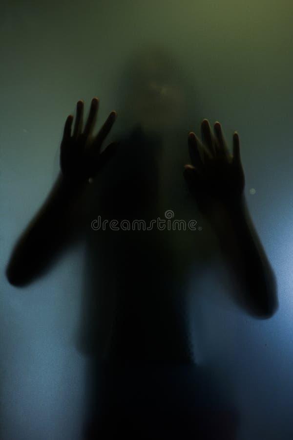 Concepto atrapado de la mujer con la silueta trasera de manos fotografía de archivo