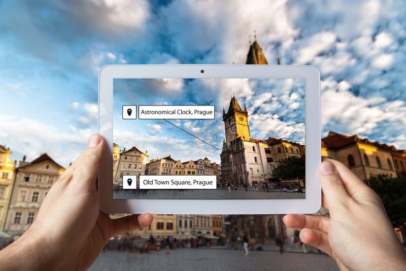Concepto aumentado de la realidad Mano que lleva a cabo el uso elegante de AR del uso del teléfono fotos de archivo