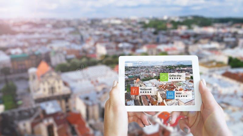 Concepto aumentado del márketing de la realidad La tableta de la tenencia de la mano utiliza el uso de AR fotos de archivo