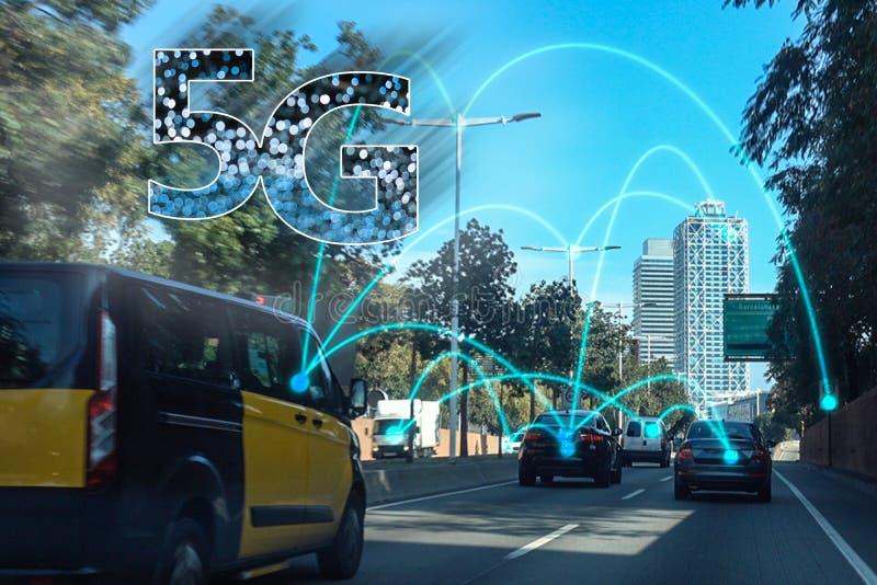 concepto auto 5G Coche sin tripulación inalámbrico autónomo en avenida de la ciudad de Barcelona imagen de archivo